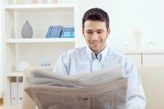 Periódico de la lectura del hombre Imágenes de archivo libres de regalías