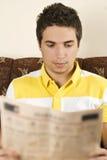 Periódico de la lectura del hombre Fotos de archivo libres de regalías