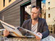 Periódico de la lectura del hombre Fotografía de archivo