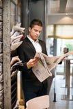 Periódico de la lectura del hombre de negocios foto de archivo libre de regalías