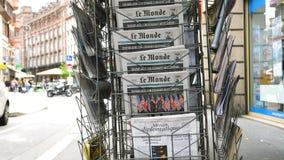 Periódico de Le Monde del francés sobre la cumbre Singapur de Kim del triunfo almacen de metraje de vídeo