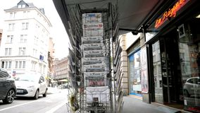 Periódico de Le Monde del francés sobre la cumbre Singapur de Kim del triunfo almacen de video