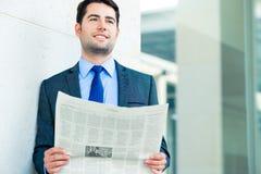 Periódico de negocios de la lectura del hombre de negocios imagen de archivo libre de regalías