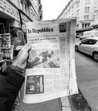 Periódico del republica del La sobre Stephen Hawking Death en el primer Fotografía de archivo libre de regalías