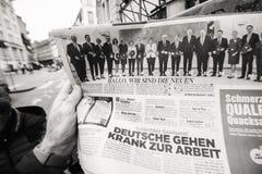 Periódico en el quiosco de la prensa que ofrece a Angela Dorothea Merkel con referencia a ele Imagen de archivo libre de regalías
