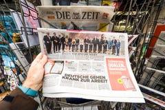 Periódico en el quiosco de la prensa que ofrece a Angela Dorothea Merkel con referencia a ele Foto de archivo