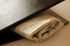 Periódico hidding Imágenes de archivo libres de regalías