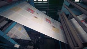 Periódico impreso en una máquina de la casa de impresión almacen de video