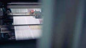 Periódico impreso en una máquina de la casa de impresión 4K almacen de metraje de vídeo