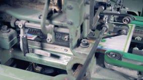 Periódico impreso fresco en un transportador de la tipografía 4K almacen de metraje de vídeo