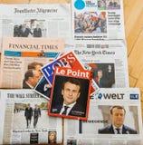Periódico internacional múltiple de la prensa con Emmanuel Macron Elec Imagen de archivo libre de regalías