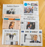 Periódico internacional múltiple de la prensa con Emmanuel Macron Elec Imágenes de archivo libres de regalías