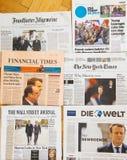 Periódico internacional múltiple de la prensa con Emmanuel Macron Elec Fotos de archivo