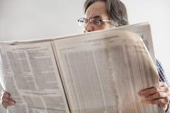 Periódico mayor de la lectura del hombre imagen de archivo