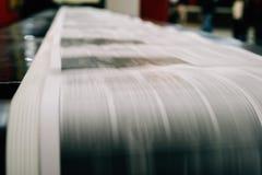 Periódico que es impreso Imagen de archivo libre de regalías
