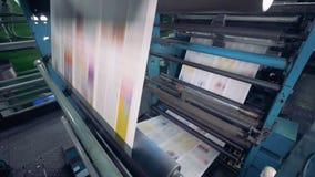 Periódico que mueve encendido un transportador de la impresión, cierre para arriba almacen de metraje de vídeo