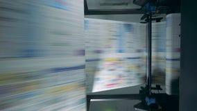 Periódico que mueve encendido una línea en una imprenta almacen de metraje de vídeo