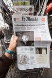 Periódico sobre Stephen Hawking Death en el primer retrato de la página Foto de archivo libre de regalías