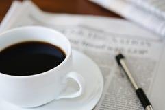 Periódico y café Fotos de archivo libres de regalías