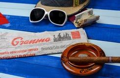 Periódico y cigarros cubanos del comunismo Imagen de archivo