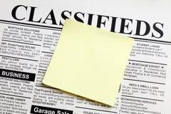 Periódico y nota pegajosa Fotos de archivo