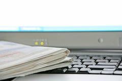 Periódico y ordenador Imágenes de archivo libres de regalías