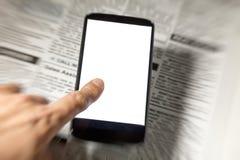 Periódico y smartphone falsos Foto de archivo