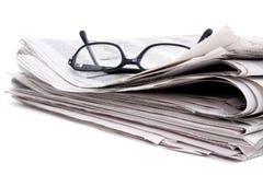 Periódico y vidrios Foto de archivo