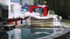 Periódicos de la impresión en tipografía almacen de metraje de vídeo