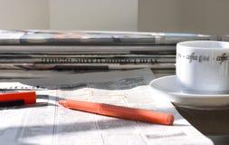 Periódicos de mañana con café Fotografía de archivo libre de regalías