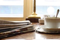 Periódicos en la mañana de domingo Fotografía de archivo
