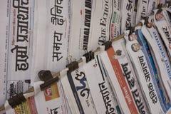 Periódicos indios en pared fotos de archivo