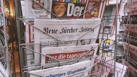 Periódicos internacionales que divulgan sobre elecciones en Alemania almacen de metraje de vídeo