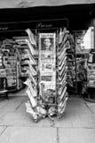Periódicos para la venta en el quiosco francés en una calle de París Fotos de archivo libres de regalías