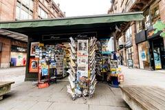 Periódicos para la venta en el quiosco francés en una calle de París Imagen de archivo libre de regalías