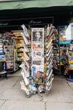Periódicos para la venta en el quiosco francés en una calle de París Fotos de archivo