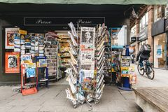 Periódicos para la venta en el quiosco francés en una calle de París Imagen de archivo
