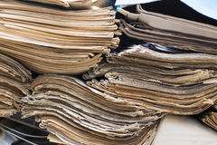 Periódicos viejos Imágenes de archivo libres de regalías