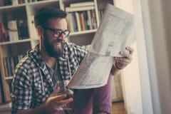 Periódicos y bebida fotos de archivo
