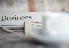 Periódicos y café Imágenes de archivo libres de regalías
