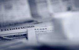 Periódicos y café Imagen de archivo libre de regalías