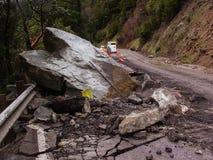 Perigo da queda da rocha na estrada imagem de stock royalty free