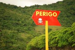 Perigo - il pericolo firma in portoghese Fotografia Stock Libera da Diritti
