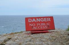 Perigo nenhum sinal do acesso público na borda do penhasco Fotografia de Stock Royalty Free