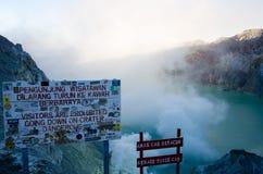 Perigo no vulcão de Ijen fotos de stock royalty free