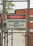 Perigo, sinal de aviso do canteiro de obras no terreno de construção Imagem de Stock Royalty Free