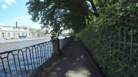 Perilla κοντά στο κανάλι ποταμών Neva απόθεμα βίντεο