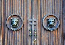 Perilla de puerta con una cara del león imagen de archivo