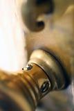 Perilla y bloqueo de cobre amarillo de puerta foto de archivo libre de regalías
