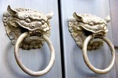 Perillas de puerta chinas del templo Fotos de archivo libres de regalías